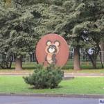 Медальон с Олимпийским Мишкой на Престижной аллее в Лужниках