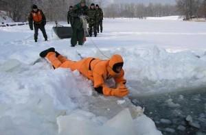Спасатели на льдине