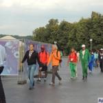 Делегаты и спортсмены чемпионата мира по легкой атлетике на пути к стадиону