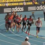 Победитель забега Никсон Чепсеба (NIXON KIPLIMO CHEPSEBA) из Кении пока бежит вторым