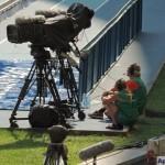 Телевизионщики спрятались от солнышка в тенек