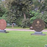 Лужники, Престижная аллея. Памятный медальон финала Кубка УЕФА (1999) и финала Лиги чемпионов УЕФА (2008)