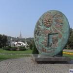 Монумент, посвящённый Олимпийскому движению. Открыт в июле 2001 года при личном участии президента МОК Хуана Антонио Самаранча
