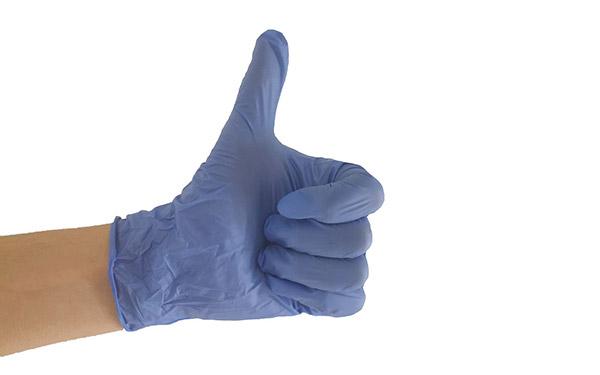 Рука в перчатке - палец вверх